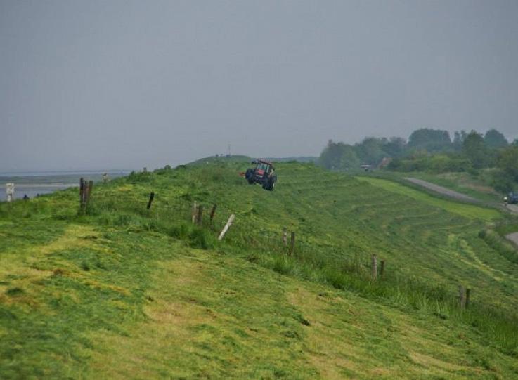 grasland met tractor